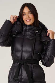 Пуховик стильный женский красного цвета