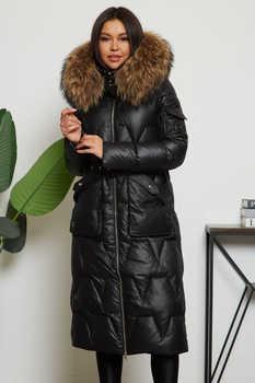 Стильное пальто с мехом енота приталенное